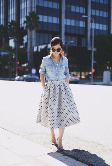 Una falda de lunares línea de midi y botón de camisa