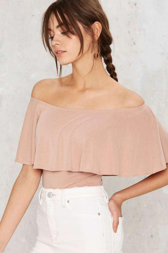 cuarzo rosa de la parte superior del hombro y los pantalones vaqueros blancos