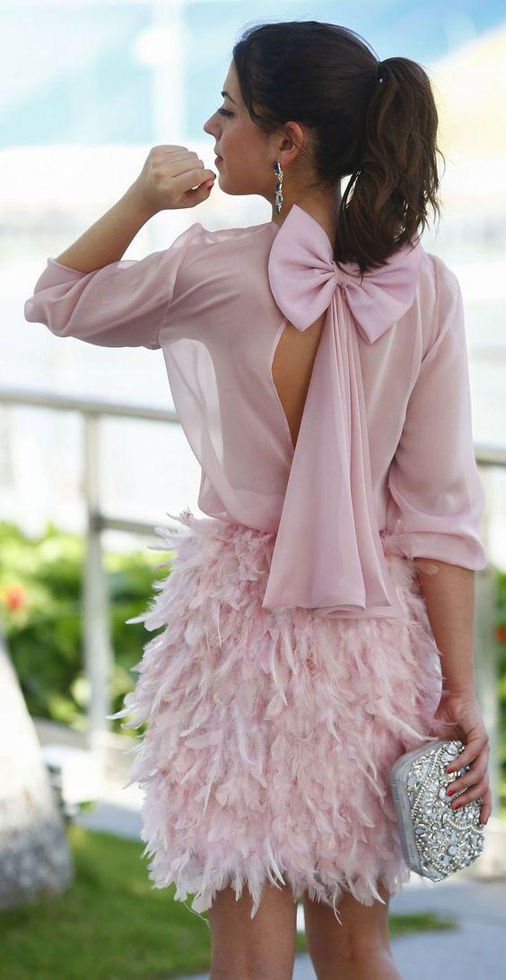 vestido del arco de la espalda de color rosa con una falda de plumas