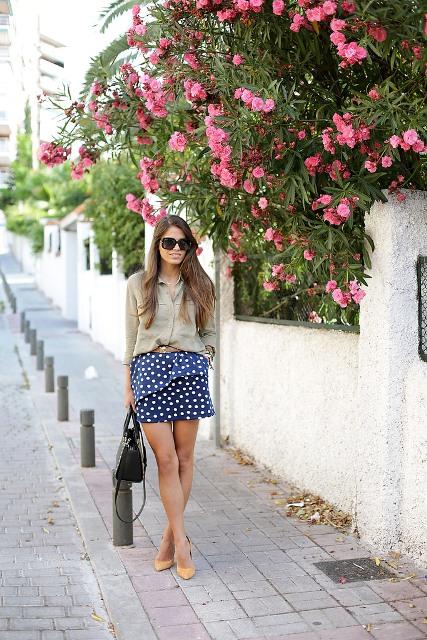 mirada de moda con la blusa y la falda peplum del lunar