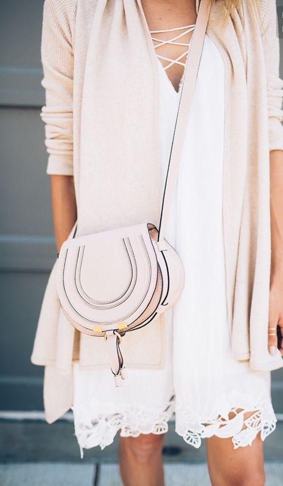 vestido blanco con una chaqueta de punto blush