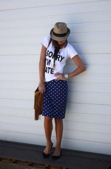 Summer look con falda de lunares, camiseta y un sombrero