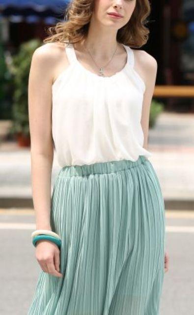 estratificación de verano suave de una tapa blanca y una falda plisada