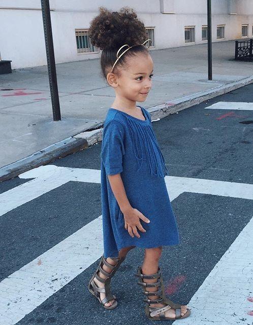 boho vestido azul con sandalias de inspiración