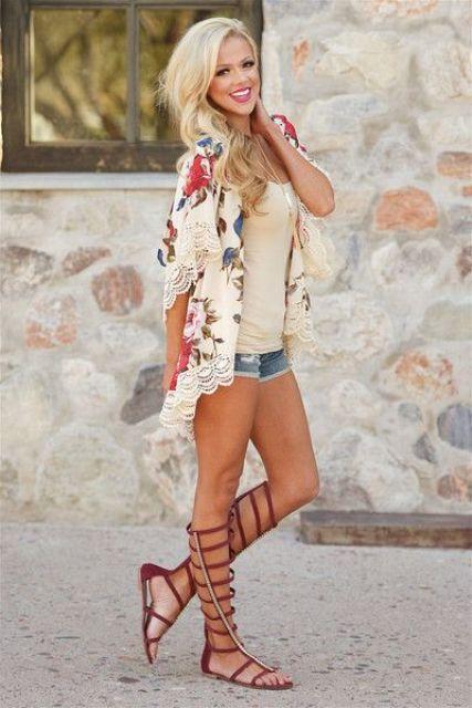 sandalias de gladiador, una camisa de encaje, un top crema y pantalones cortos de mezclilla