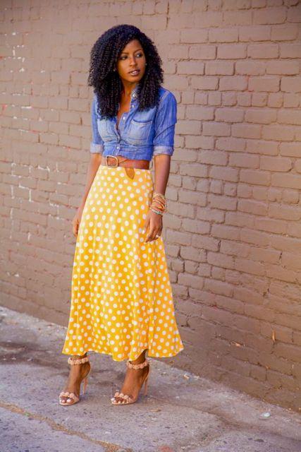 Mira con midi amarilla falda de lunares y camisa denim