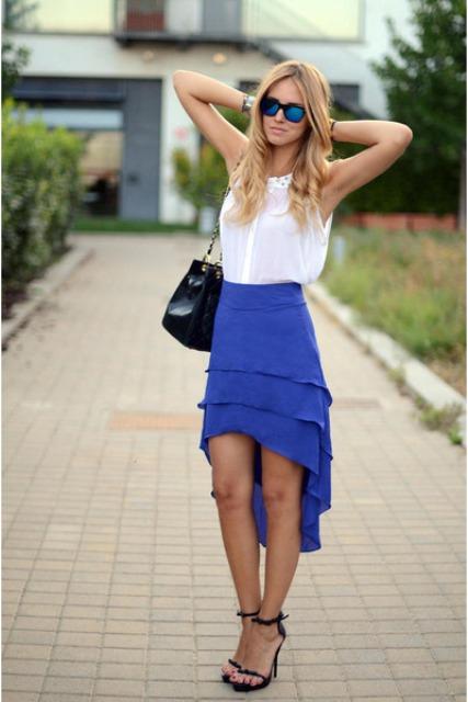 mirada ocasional con el azul de alta falda baja y blusa blanca
