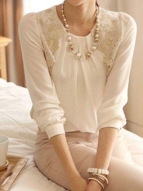 falda de rubor, de encaje blusa blanca y un collar de perlas