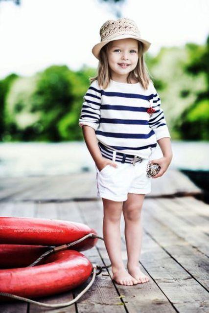 la camisa blanca y pantalones cortos a rayas para un look de playa