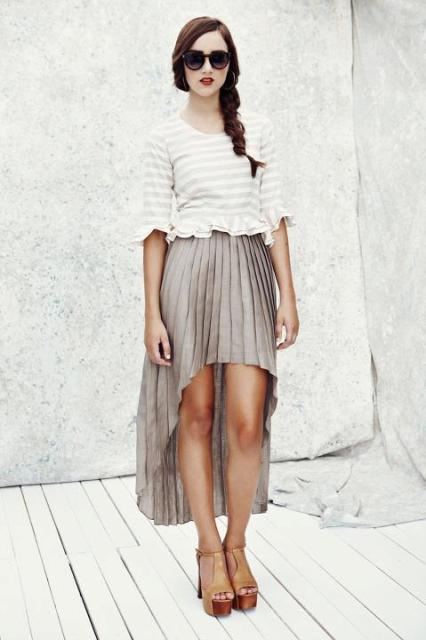 falda plisada cascada y sandalias de plataforma