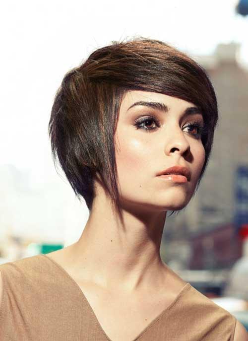 El pelo lacio corto con el lado flequillo
