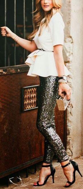 pantalones de lentejuelas negro y un top peplum blanco