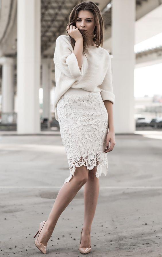 encaje blanco sobre la falda de la rodilla, un suéter blanco apagado y bombas desnudas