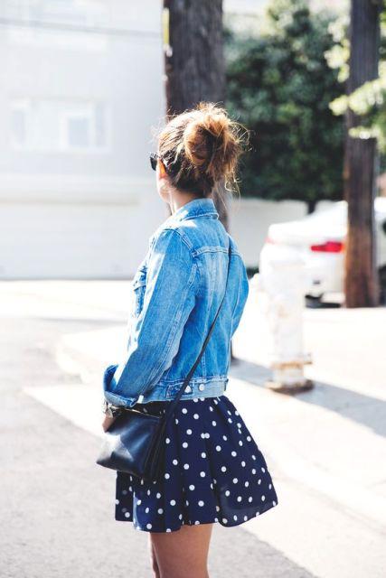 mini falda de lunares y chaqueta de mezclilla