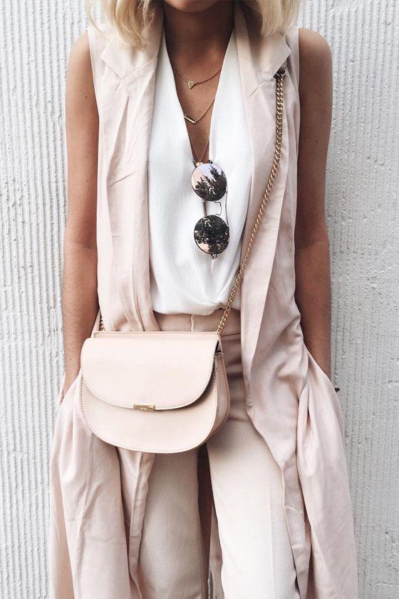 rubor pantalones, una camiseta blanca y un chaleco de rubor para un día de verano fresco