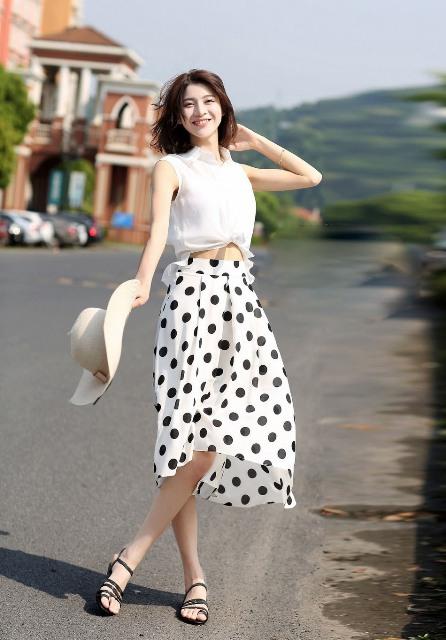 mirada ventilado, con blusa y falda de lunares punto blanco