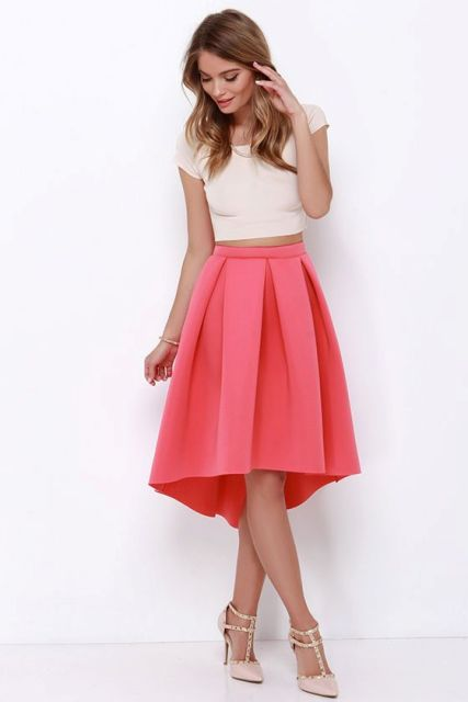 d237e__Look-with-high-low-skirt-and-white-crop-top