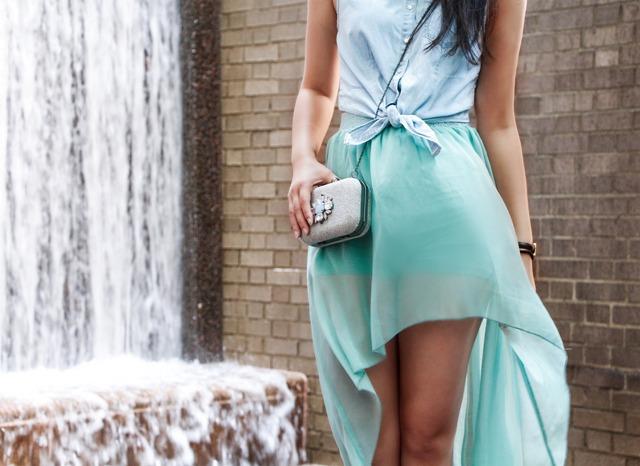 falda bajo alta con camisa vaquera