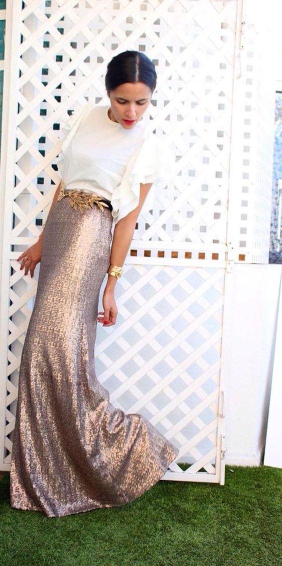 maxi falda de lentejuelas con un top blanco manga de la colmena