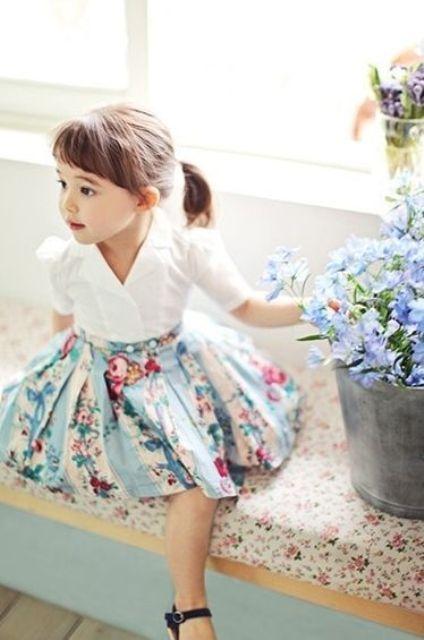 falda de flores con una camisa blanca