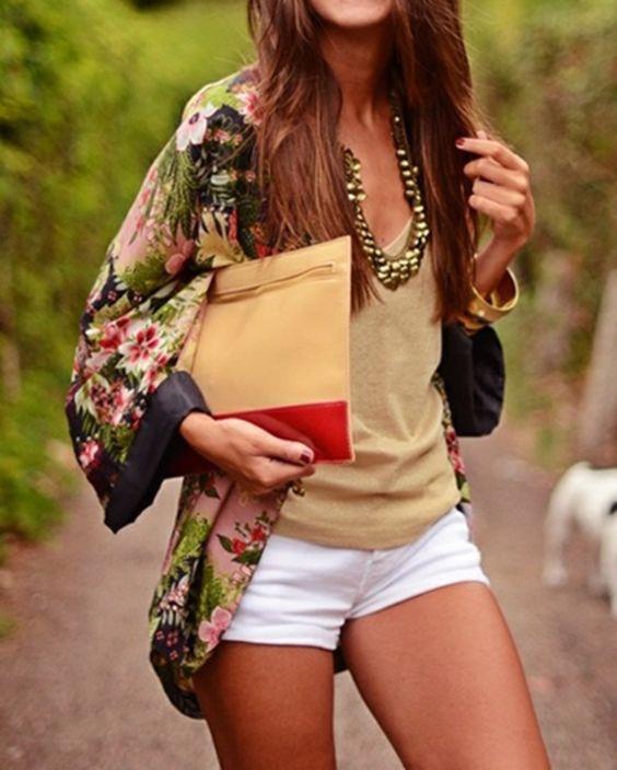 camisa de estilo kimono, un bronceado top y pantalón blanco
