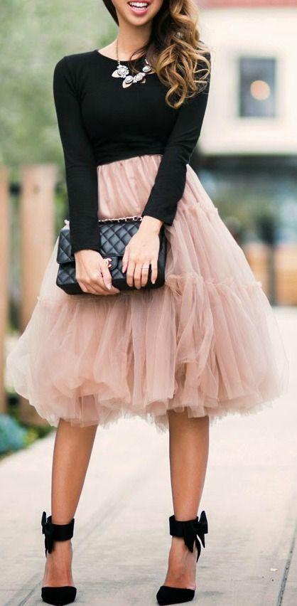 falda tutú rosado polvoriento, una camisa negro y zapatos negros