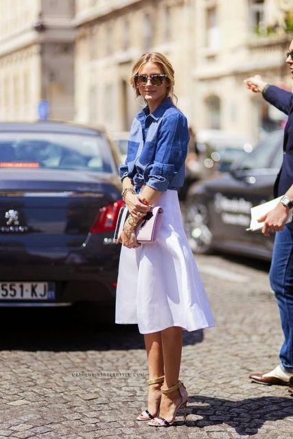 camisa de mezclilla y una falda midi blanco