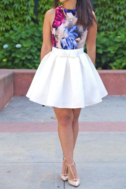 top floral y una falda blanca