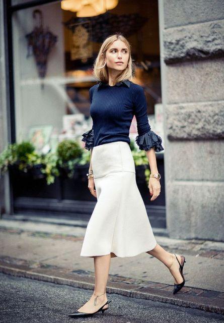 mirada de moda con falda midi y camisa de manga campana