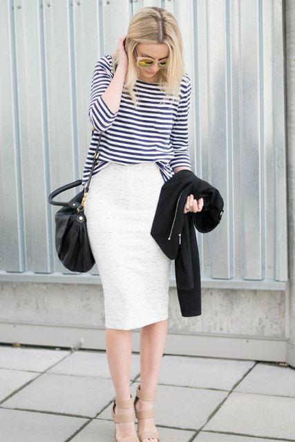 traje con camisa a rayas y falda lápiz blanco