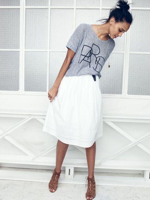 mirada ocasional con la falda blanca y camiseta
