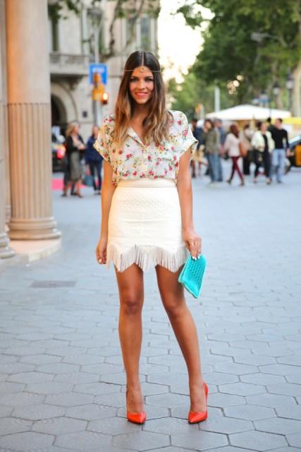 falda franja blanca y blusa de flores