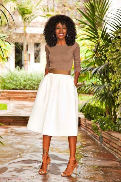 falda midi con la camisa blanca neutra