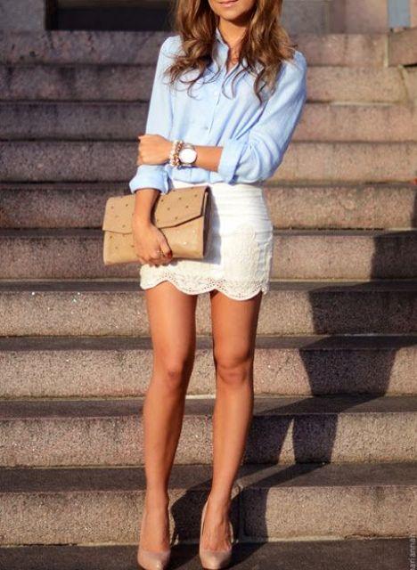 Mira con falda de encaje blanco y camisa clásica