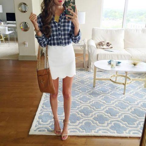 falda de la concha de peregrino del dobladillo blanco y camisa a cuadros