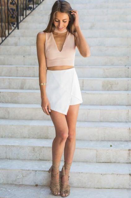 Mira con mini falda blanca y la parte superior escote v