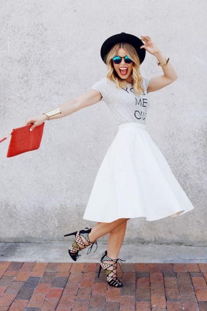 Mira con falda blanca, camiseta y encaje hasta los talones