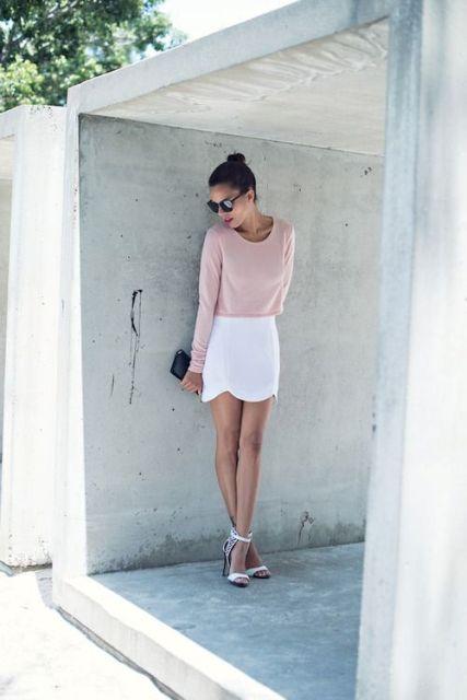 Mira con camisa de color pastel y falda blanca