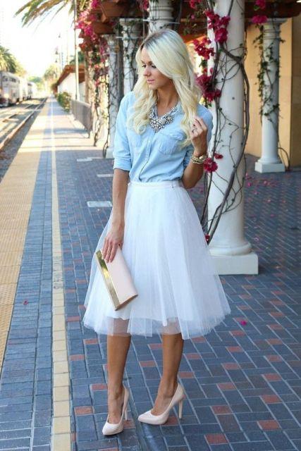 falda de tul blanco con camisa vaquera