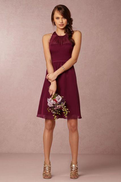 vestido sencillo de color vino