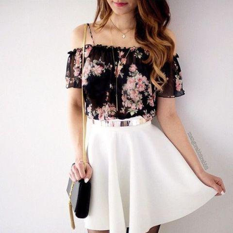 look con flores de la parte superior del hombro y falda blanca