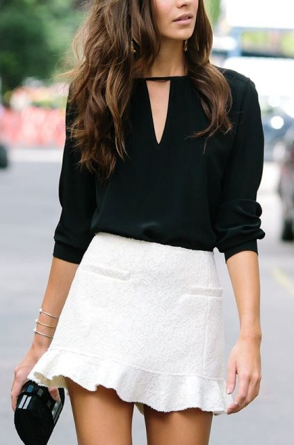 traje negro con una blusa blanca y una falda