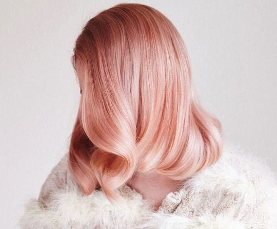 el pelo de color rosa