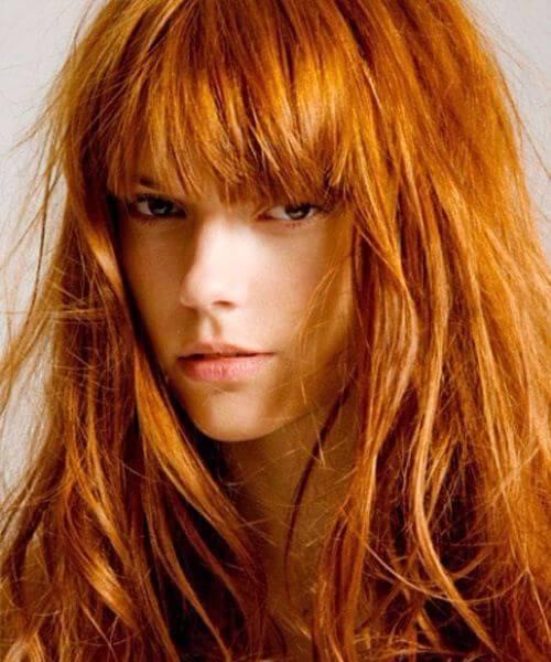 de oro y cobre el pelo largo con flequillo