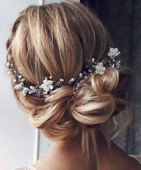 moño desarreglado flores peinados de boda para el pelo largo