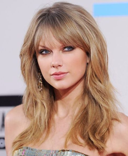 taylor swift, de pelo largo con flequillo