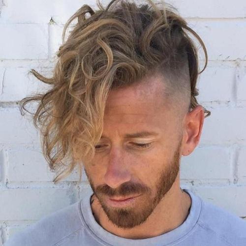 Largo Y Rizado Superior Afeitado Lados Peinados De Los Hombres
