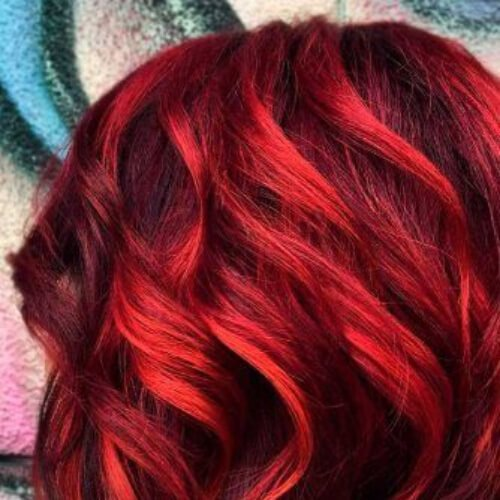 metálico en color rojo de alta iluminaciones y sombras