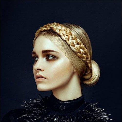 la trenza de la corona de cortes de pelo rubio