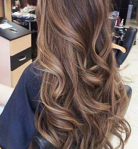 Pelo oscuro resalta cabello castaño claro con Babylights,